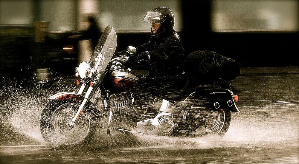 Conducir una moto con lluvia.