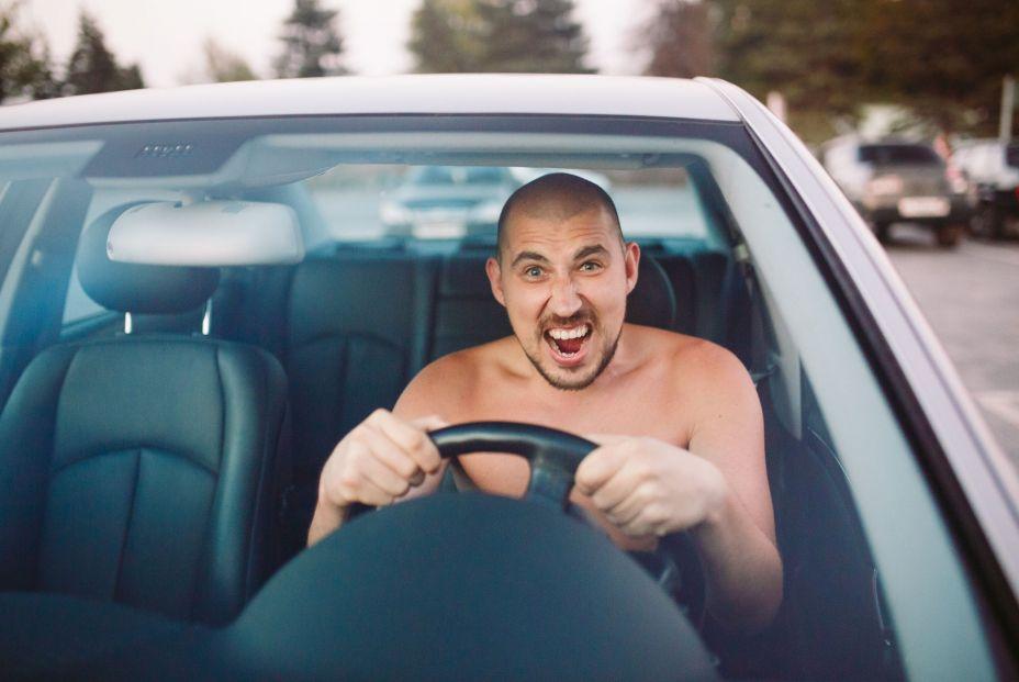 Conducir sin camiseta. ¿Te pueden multar?